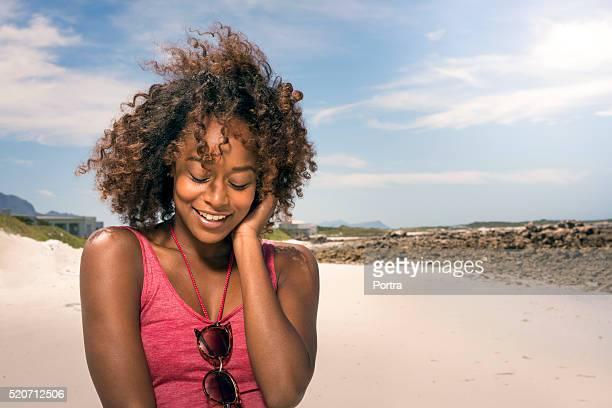Sensuelle jeune femme appréciant le vent à la plage