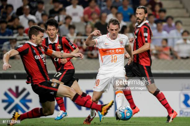 Seoul midfielder Osmar Barba Ibanez fights for the ball with Shandong Luneng FC midfielder Walter Montillo during the AFC Champions League 2016...