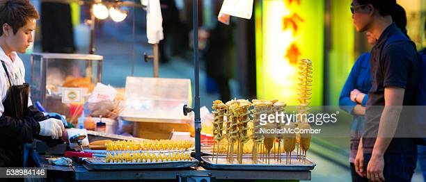 Séoul la nourriture de rue Marchand avec voiturette et clients de nuit