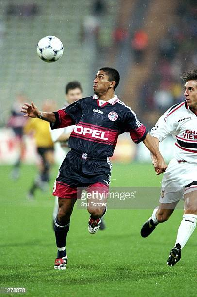 Giovanni Elber of Bayern Munich scores during the Champions League match against Manchester United at the Olympic Stadium in Munich Germany the game...