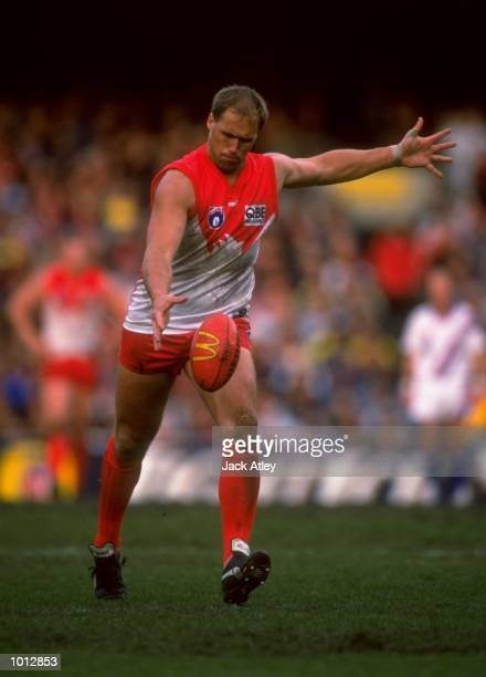 Tony Lockett of Sydney in action during the AFL Fourth Qualifying Final between the Essendon Bombers and the Sydney Swans played at the MCG Melbourne...