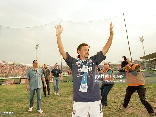 Roberto Baggio of Brescia waves to the crowd before the Coppa Italia match against Juventus played at the Estadio Rigamonti in Brescia Italy The...