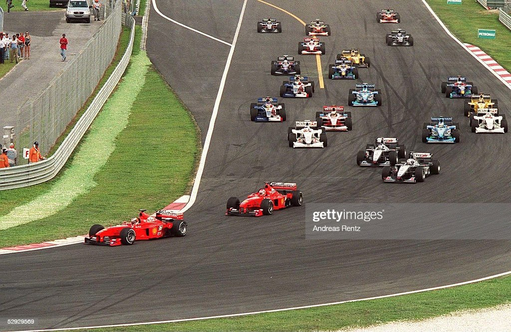 MALAYSIA 1999, Sepang; Michael SCHUMACHER, Eddie IRVINE/FERRARI fuehren das Feld beim Start an