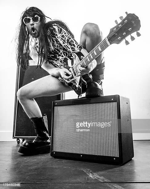 Sépia Wigged Rocker com óculos de sol Guitarra elétrica e Amps