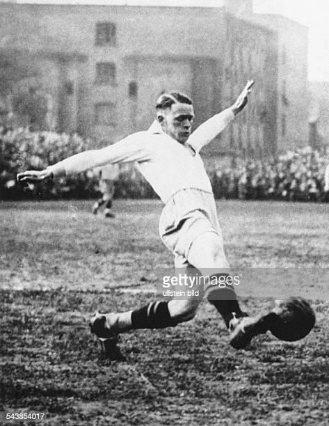 Sepp Herberger als energischer Stürmer beim Verein Waldhof Mannheim in der Saison 1918/19 Undatiertes Foto
