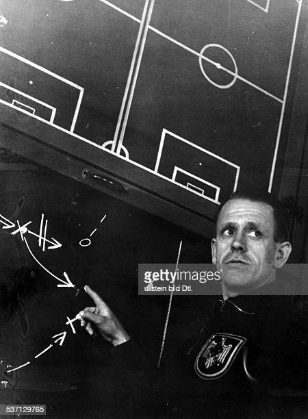 Sepp Herberger Sportler Trainer Fussball D erläutert Spielzüge an der Tafel trägt Pullover mit dem Abzeichen 'Hakenkreuz auf dem Reichsadler' 1938...