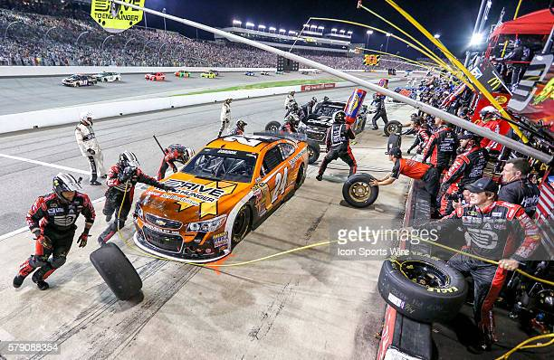 NASCAR Sprint Cup Series the pit crew of driver Jeff Gordon driver of the Drive to End Hunger Chevrolet rushing during a pit stop of the Federated...