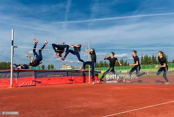 Séquence Image de jeune athlète performant saut en hauteur