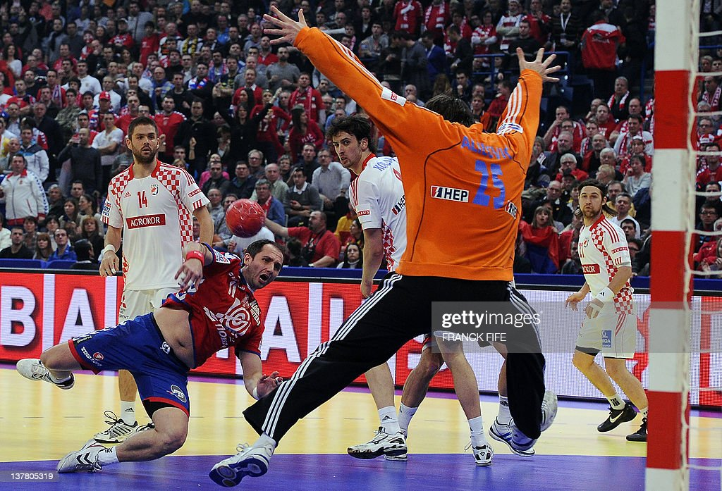 Serbia's Alem Toskic (2nd L) tries to score in front of Croatia's goalkeeper Mirko Alilovic during the men's EHF Euro 2012 Handball Championship semifinal match Serbia vs Croatia on January 27, 2012 at the Beogradska Arena in Belgrade. AFP PHOTO / FRANCK FIFE