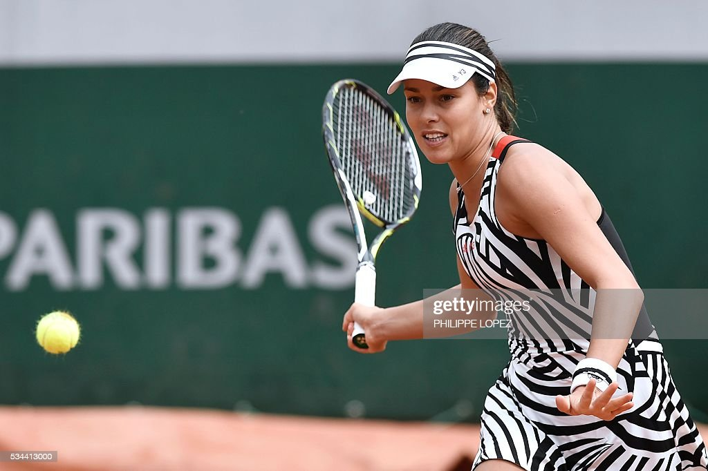 Serbia's Ana Ivanovic returns the ball to Japan's Kurumi Nara during their women's second round match at the Roland Garros 2016 French Tennis Open in Paris on May 26, 2016. / AFP / PHILIPPE