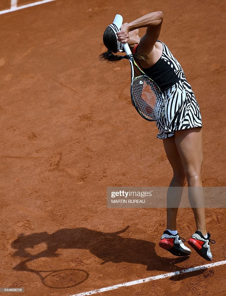 Serbia's Ana Ivanovic serves the ball to Ukraine's Elina Svitolina during their women's third round match at the Roland Garros 2016 French Tennis Open in Paris on May 28, 2016. / AFP / MARTIN
