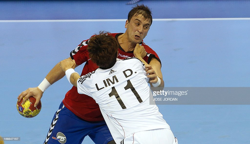 Serbia's back Momir Ilic (L) vies with Korea's wing Duk-Jun Lim during the 23rd Men's Handball World Championships preliminary round Group C match Serbia vs Korea at the Pabellon Principe Felipe in Zaragoza on January 12, 2013. AFP PHOTO / JOSE JORDAN