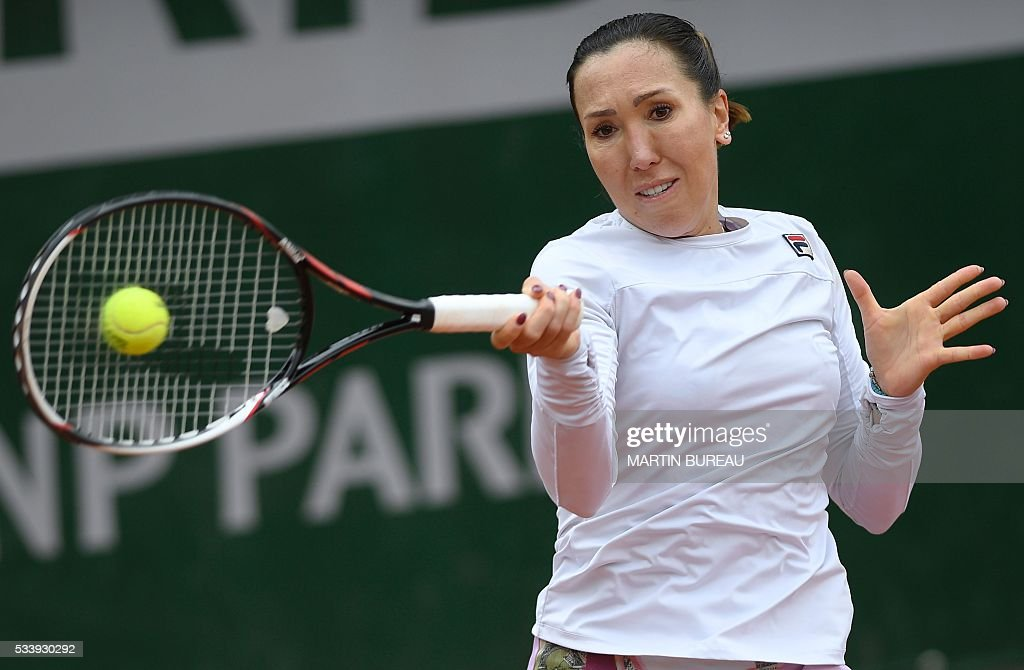 Serbia's Jelena Jankovic returns the ball to Germany's Tatjana Maria during her match against during their women's first round match at the Roland Garros 2016 French Tennis Open in Paris on May 24, 2016. / AFP / MARTIN