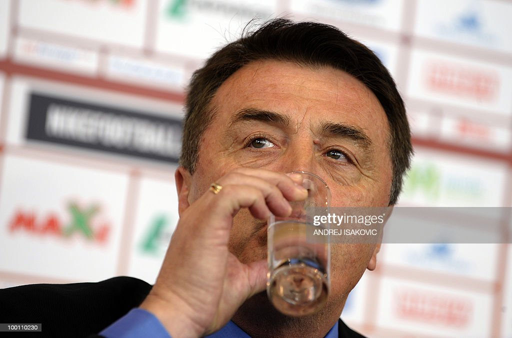 Serbia's national football team coach Radomir Antic drinks during a press conference where he announced his team for the 2010 Fifa World Cup on May 21, 2010 in Belgrade. AFP PHOTO / Andrej ISAKOVIC