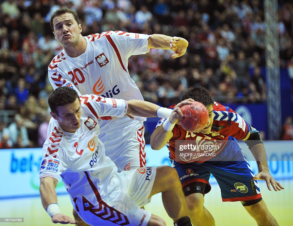 Serbia's Nenad Vuckovic (R) vies with Poland's Bartlomiej Jaszka (C) and Mariusz Jurkiewicz during their 10th EHF European 2012 Men's Handball Championship match at the Pionir Arena in Belgrade on January 15, 2012.