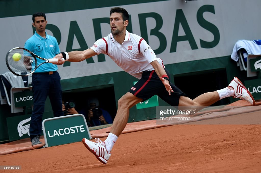 Serbia's Novak Djokovic returns the ball to Belgium's Steve Darcis during his men's second round match at the Roland Garros 2016 French Tennis Open in Paris on May 26, 2016. / AFP / Eric FEFERBERG