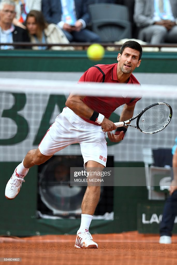 Serbia's Novak Djokovic returns the ball to Britain's Aljaz Bedene during their men's third round match at the Roland Garros 2016 French Tennis Open in Paris on May 28, 2016. / AFP / MIGUEL