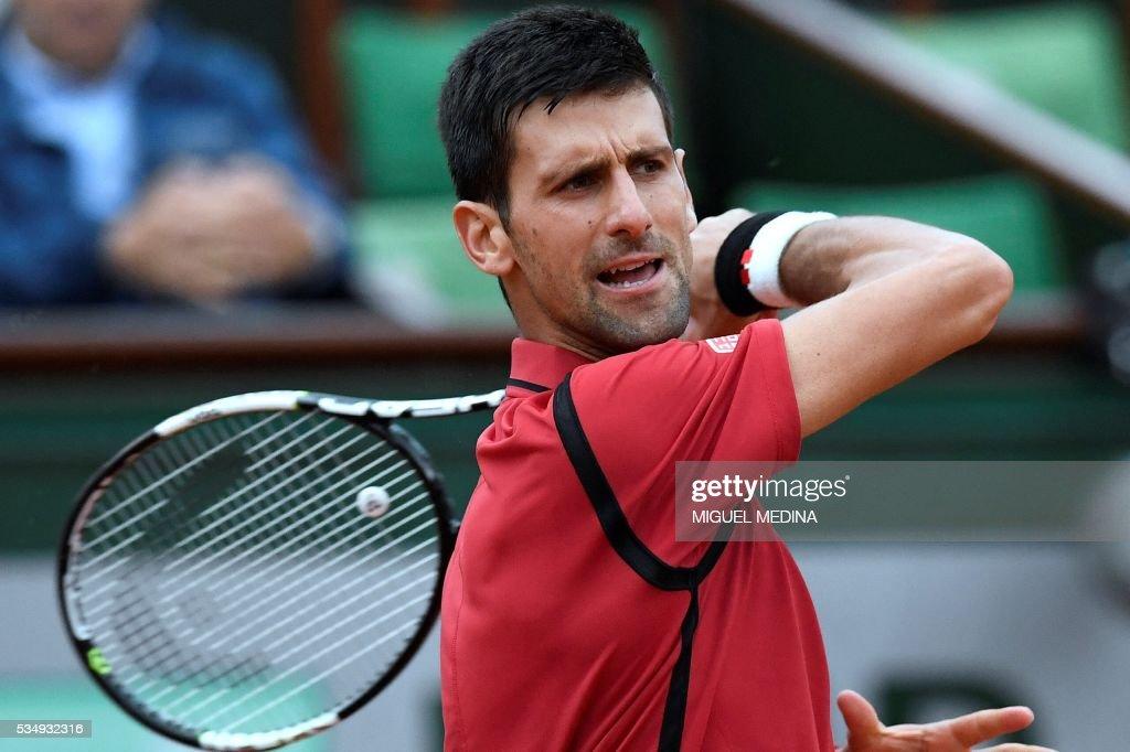 Serbia's Novak Djokovic returns the ball to Britain's Aljaz Bedene during their men's third round match at the Roland Garros 2016 French Tennis Open in Paris on May 28, 2016. / AFP / MIGUEL