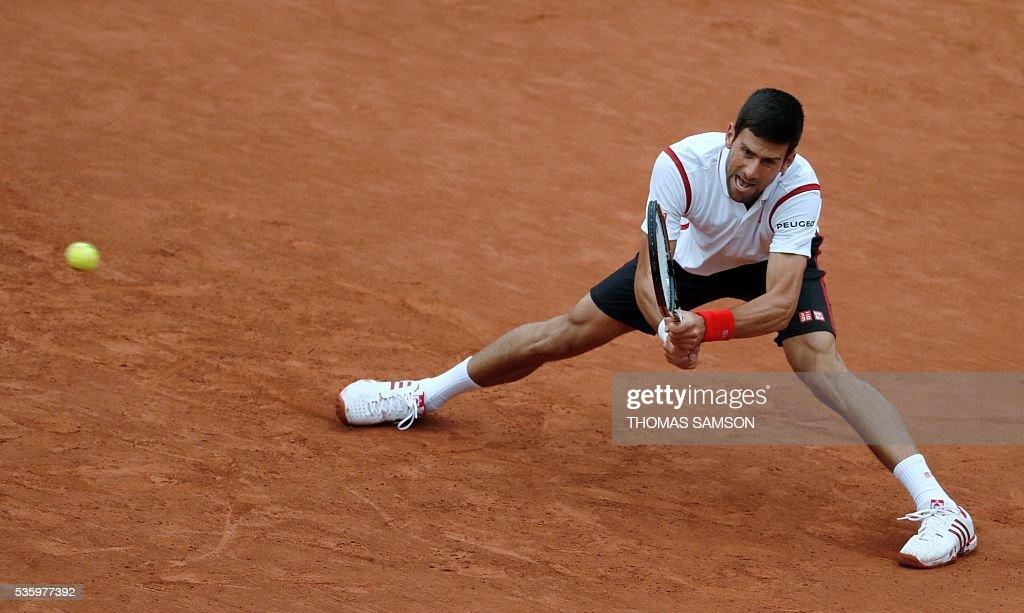 Serbia's Novak Djokovic returns the ball to Spain's Roberto Bautista-Agut during their men's fourth round match at the Roland Garros 2016 French Tennis Open in Paris on May 31, 2016. / AFP / Thomas SAMSON
