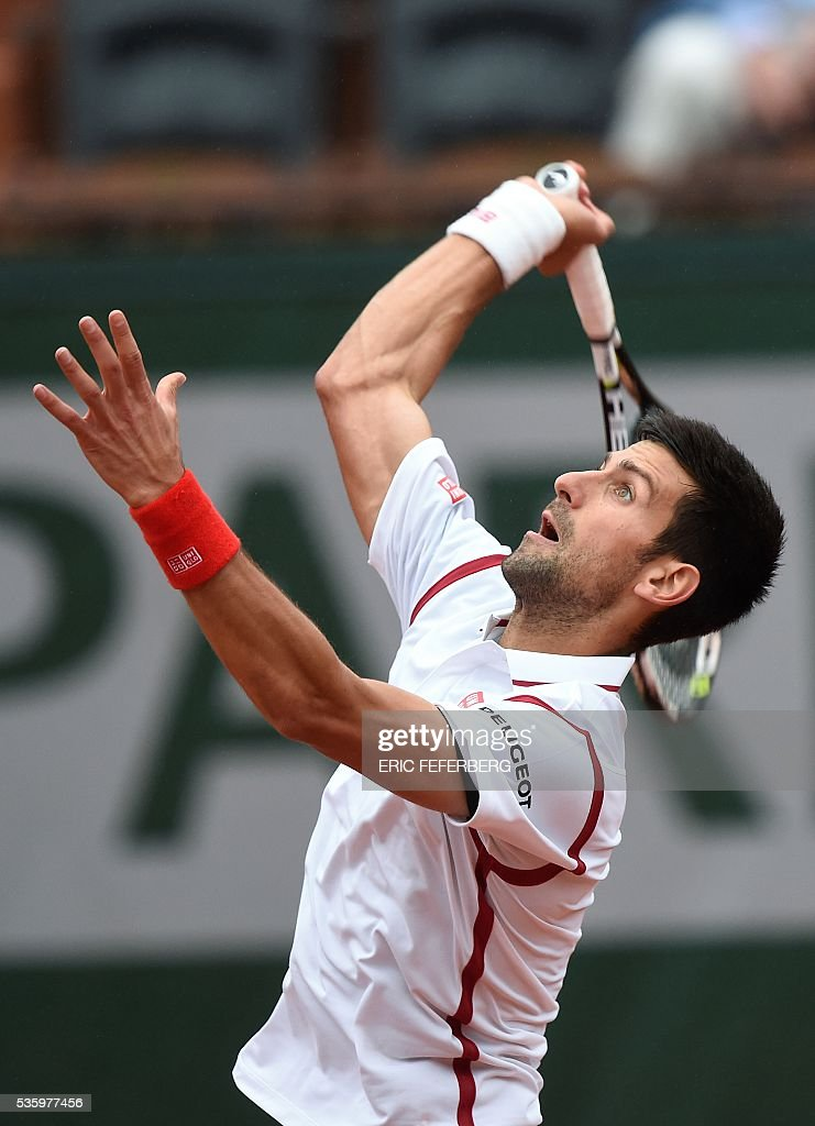 Serbia's Novak Djokovic returns the ball to Spain's Roberto Bautista-Agut during their men's fourth round match at the Roland Garros 2016 French Tennis Open in Paris on May 31, 2016. / AFP / Eric FEFERBERG