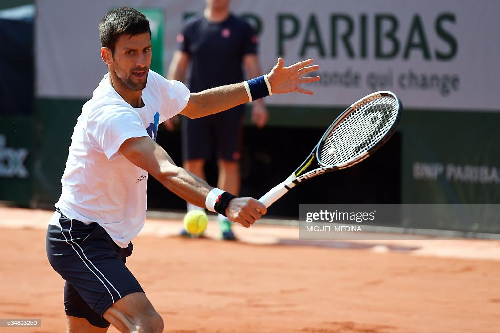 Serbia's Novak Djokovic takes part in a training session at the Roland Garros 2016 French Tennis Open in Paris on May 28, 2016. / AFP / MIGUEL