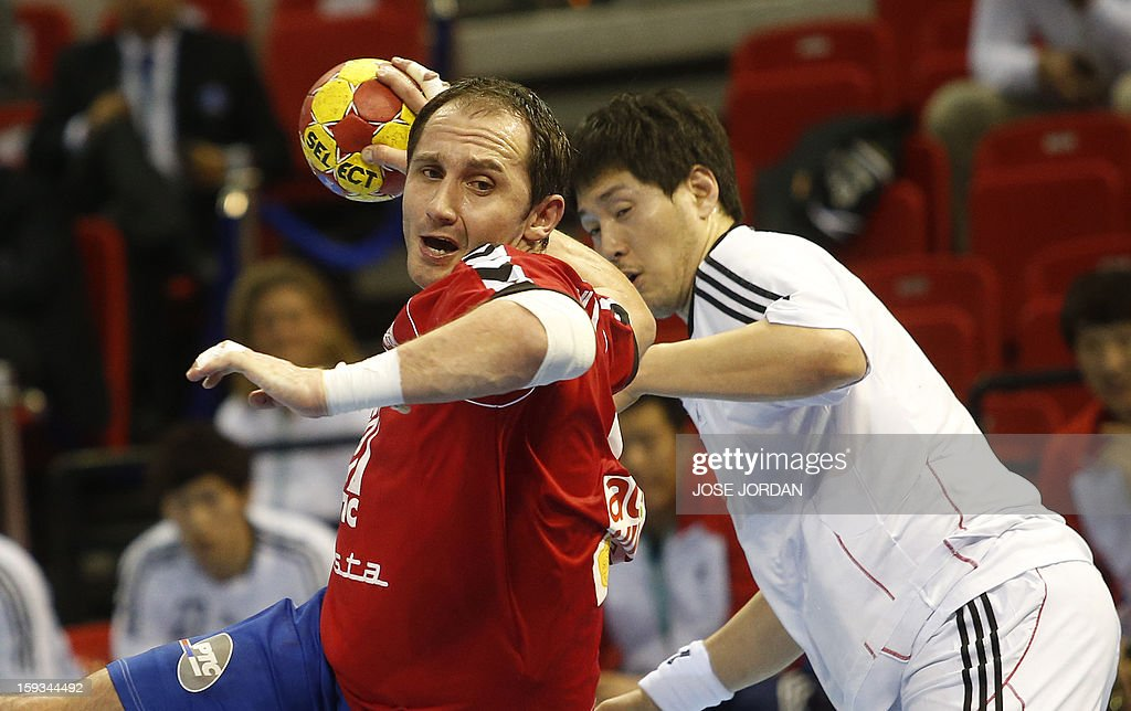 Serbia's pivot Alem Toskic (L) vies with Korea's back Chan-Yong Park during the 23rd Men's Handball World Championships preliminary round Group C match Serbia vs Korea at the Pabellon Principe Felipe in Zaragoza on January 12, 2013. AFP PHOTO/ JOSE JORDAN