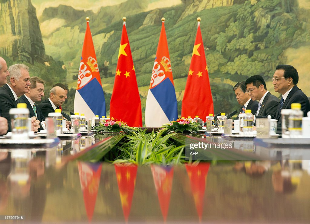 Serbia's President Tomislav Nicolic (L) meets for talks with Chinese Premier Li Keqiang (R) at the Great Hall of the People in Beijing on August 26, 2013. Nicolic is on a five-day visit to China to bolster economic and diplomatic ties. AFP PHOTO / POOL / ADRIAN BRADSHAW