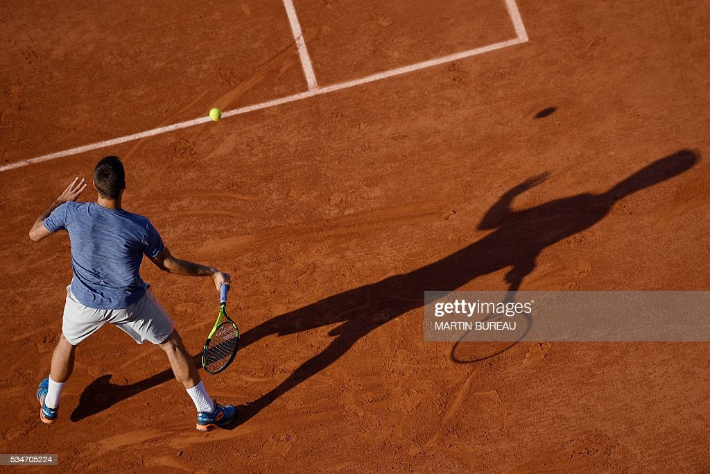 Serbia's Viktor Troicki returns the ball to France's Gilles Simon during their men's third round match at the Roland Garros 2016 French Tennis Open in Paris on May 27, 2016. / AFP / MARTIN