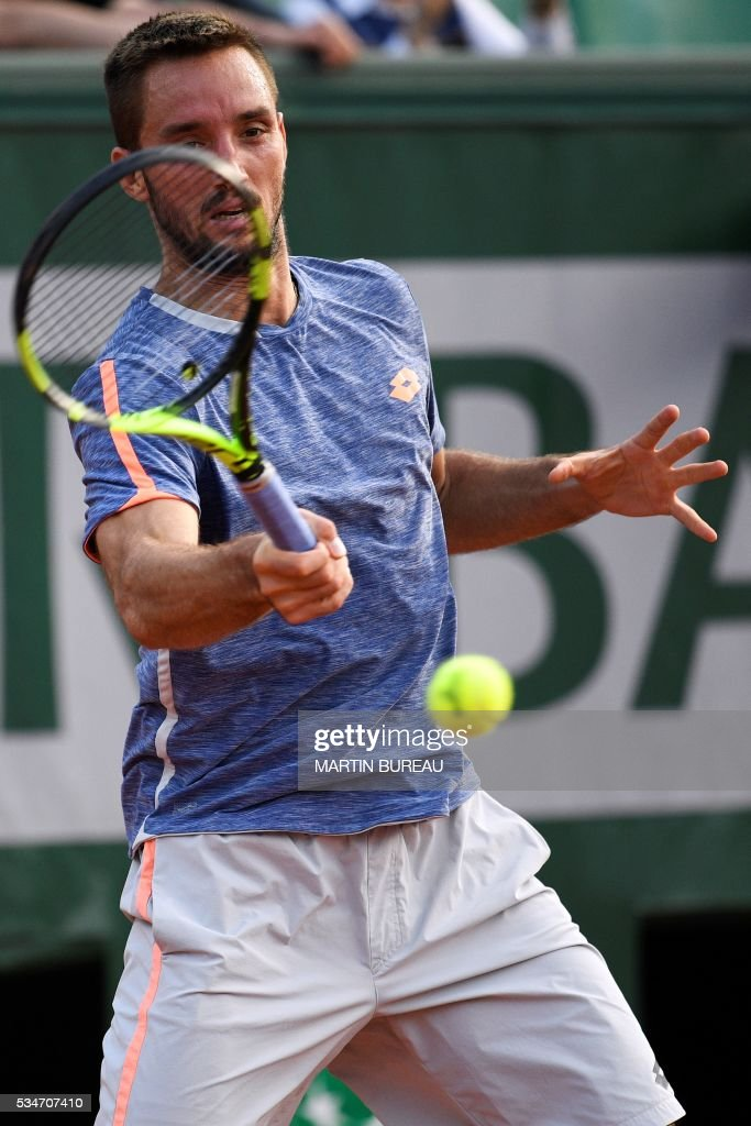 France's Jeremy Chardy returns the ball to France's Gilles Simon during their men's third round match at the Roland Garros 2016 French Tennis Open in Paris on May 27, 2016. / AFP / MARTIN