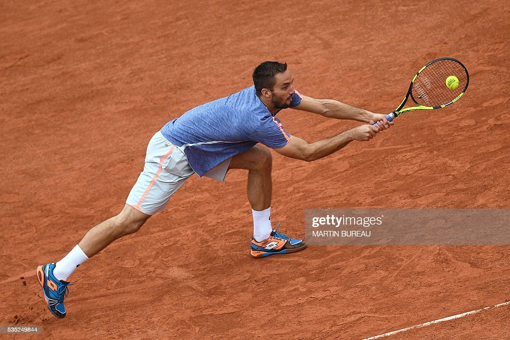 Serbia's Viktor Troicki returns the ball to Switzerland's Stanislas Wawrinka during their men's fourth round match at the Roland Garros 2016 French Tennis Open in Paris on May 29, 2016. / AFP / MARTIN