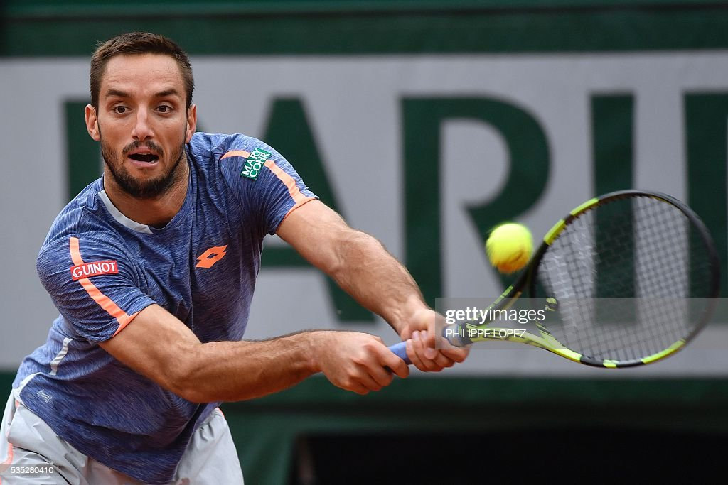 Serbia's Viktor Troicki returns the ball to Switzerland's Stanislas Wawrinka during their men's fourth round match at the Roland Garros 2016 French Tennis Open in Paris on May 29, 2016. / AFP / PHILIPPE