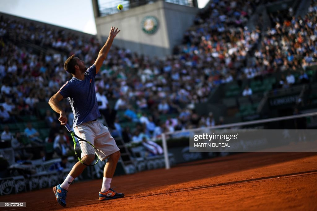 France's Jeremy Chardy serves the ball to France's Gilles Simon during their men's third round match at the Roland Garros 2016 French Tennis Open in Paris on May 27, 2016. / AFP / MARTIN