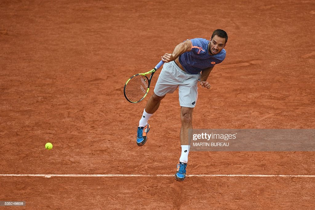 Serbia's Viktor Troicki serves the ball to Switzerland's Stanislas Wawrinka during their men's fourth round match at the Roland Garros 2016 French Tennis Open in Paris on May 29, 2016. / AFP / MARTIN