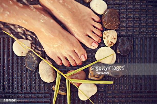 Bain de pieds apaisant, des pierres, des bambous et de l'eau