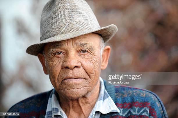 Uomo anziano sereno.