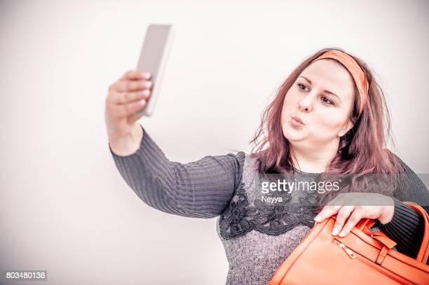 Heitere übergewichtige Frau nehmen Selfie