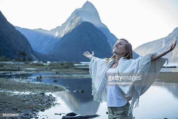 Paisible femme se détend dans la nature, Nouvelle-Zélande