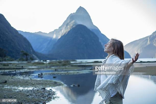 Paisible femme se détend dans la nature