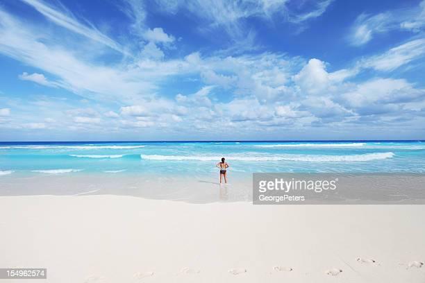 Mujer tranquila playa Tropical