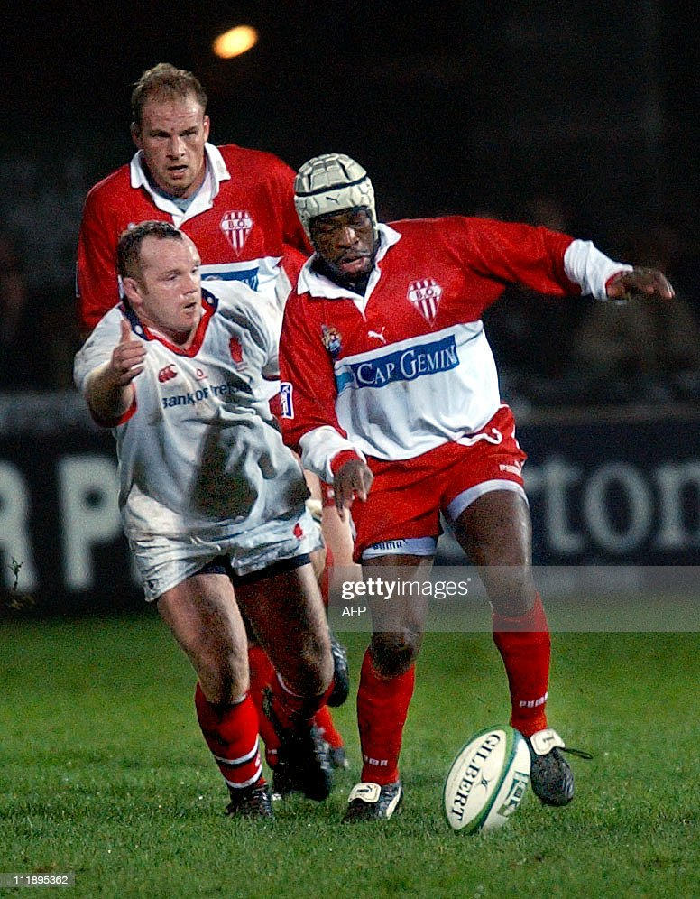 Serge Beysen of Biarritz kicks and rushes for the try line during the UlsterBiarritz match at Ravenhill in the Heineken Cup 06 December 2002