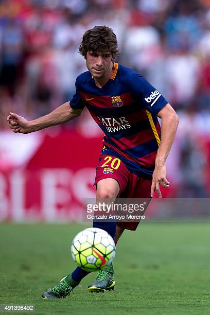 Sergi Roberto of FC Barcelona controls the ball during the La Liga match between Sevilla FC and FC Barcelona at Estadio Ramon Sanchez Pizjuan on...