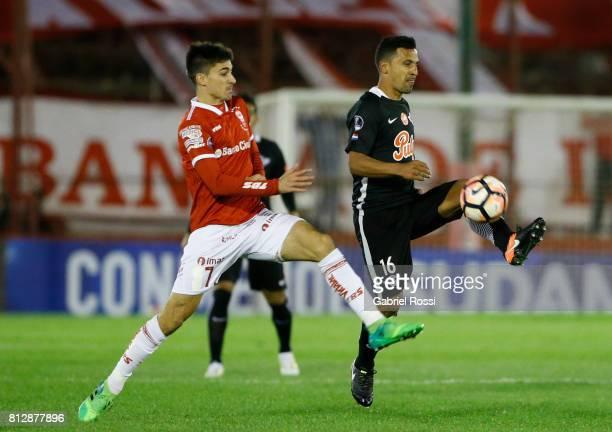 Sergio Aquino of Libertad fights for the ball with Ignacio Pussetto of Huracan during a first leg match between Huracan and Libertad as part of...