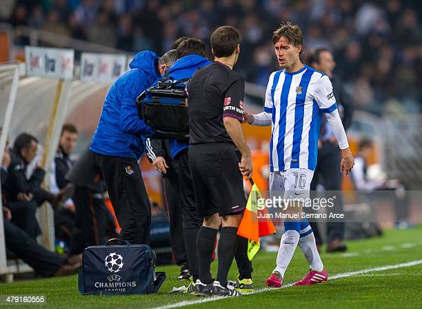 Sergio Canales of Real Sociedad bleeds during the La Liga match between Real Sociedad and Valencia CF at Estadio Anoeta on March 16 2014 in San...