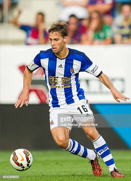 Sergio Canales of Real Sociedad controls the ball during the La Liga match between SD Eibar and Real Sociedad at Ipurua Municipal Stadium on August...