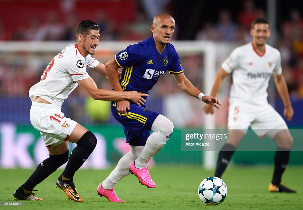 Sergio Escudero of Sevilla FC (L) competes for the ball with Valon Ahmedi of NK Maribor (R) during the UEFA Champions League match between Sevilla FC and NK Maribor at Estadio Ramon Sanchez Pizjuan on September 26, 2017 in Seville, Spain.