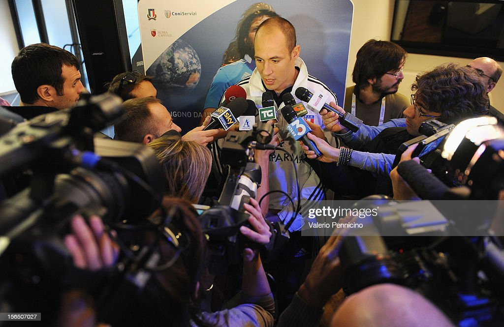 <a gi-track='captionPersonalityLinkClicked' href=/galleries/search?phrase=Sergio+Parisse&family=editorial&specificpeople=648570 ng-click='$event.stopPropagation()'>Sergio Parisse</a> (C) of Italy speaks to the media during a press conference at Stadio Olimpico on November 16, 2012 in Rome, Italy.