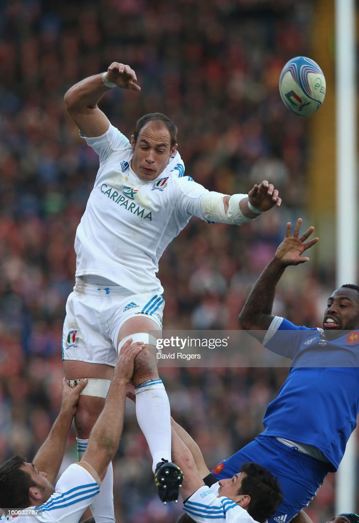 Sergio Parisse of Italy wins the lineout ball during the RBS Six Nations match between Italy and France at Stadio Olimpico on February 3, 2013 in Rome, Italy.