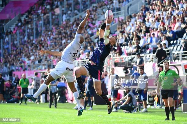 Sergio Parisse of Stade Francais Paris outjumps JP Pietersen of Toulon during the Top 14 match between Stade Francais Paris and RC Toulon at Stade...