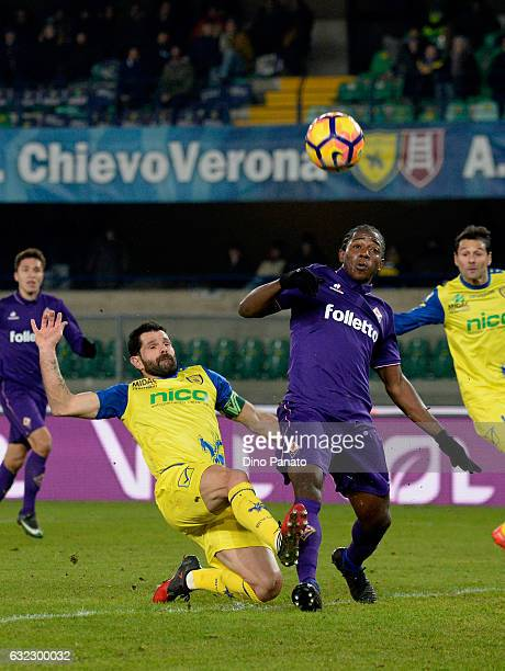 Sergio Pellissier of AC ChievoVerona competes with Carlos Alberto Sanchez of ACF Fiorentina during the Serie A match between AC ChievoVerona and ACF...