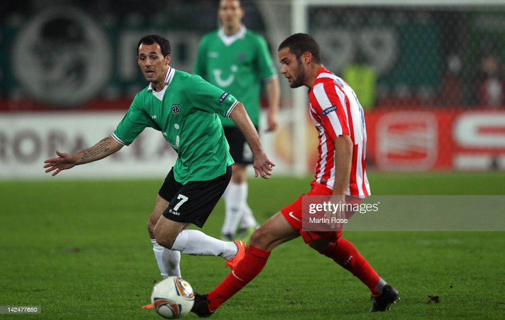 <a gi-track='captionPersonalityLinkClicked' href=/galleries/search?phrase=Sergio+Pinto&family=editorial&specificpeople=683636 ng-click='$event.stopPropagation()'>Sergio Pinto</a> (L) of Hannover and Mario Suarez (R) of Madrid battle for the ball during the UEFA Europa League quarter-final second leg match between Hannover 96 and Atletico de Madrid at AWD Arena on April 5, 2012 in Hanover, Germany.